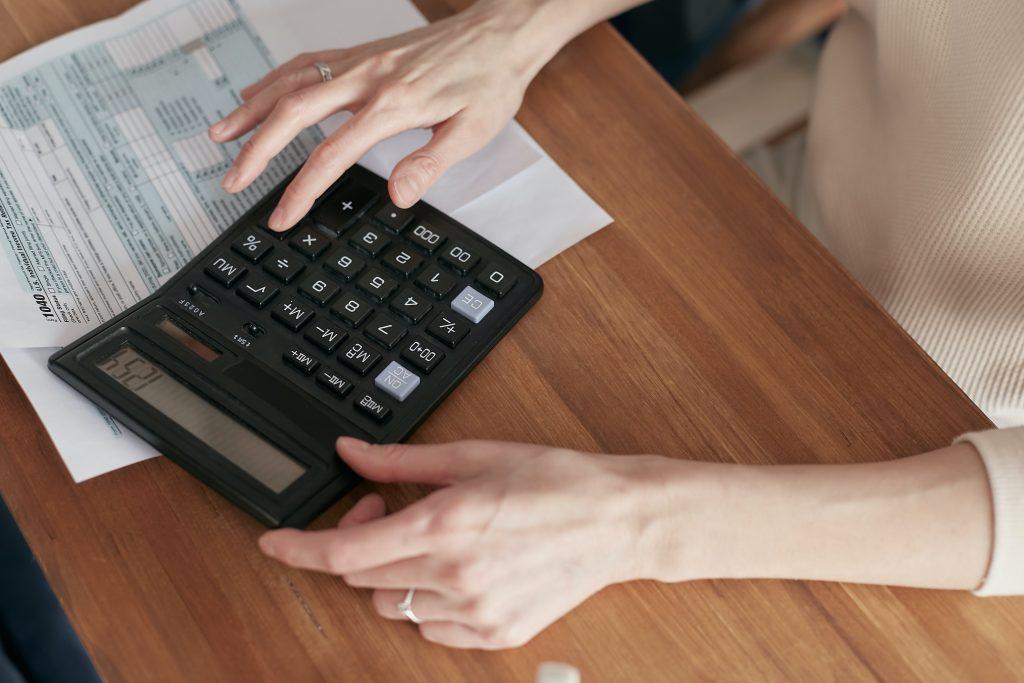 Een van de componenten van een energiecontract is de vaste vergoeding. Lees hier wat die juist inhoudt en hoeveel ze bedraagt.
